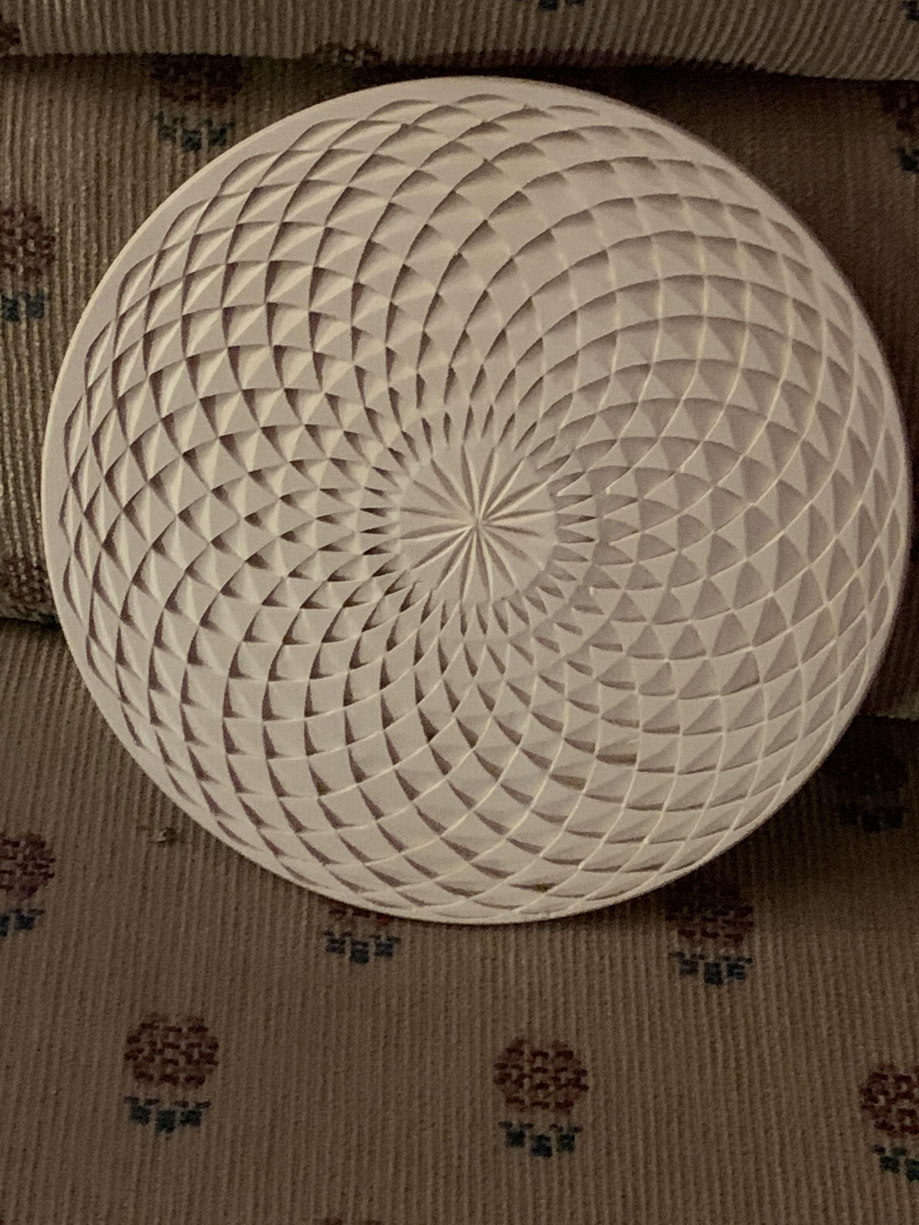 Optical illusion plate